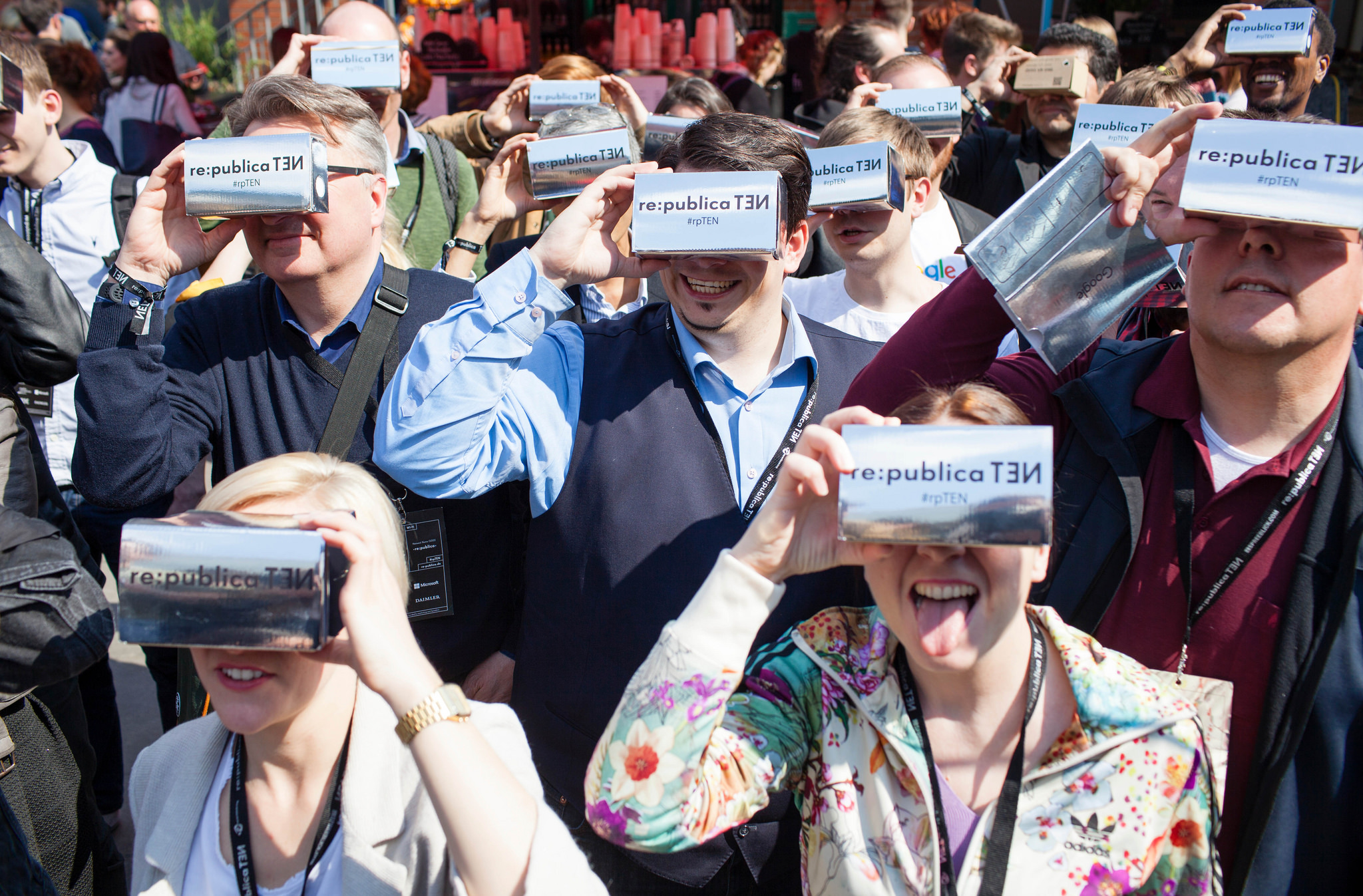 Besucher beim Google Cardboard Flashmob am 03.05.2016 auf der re:publica in Berlin. Foto: re:publica/Jan Zappner CC BY 2.0